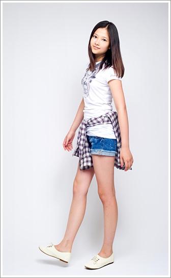 腰に上着を巻いて短いズボン姿の少女のような草刈麻有